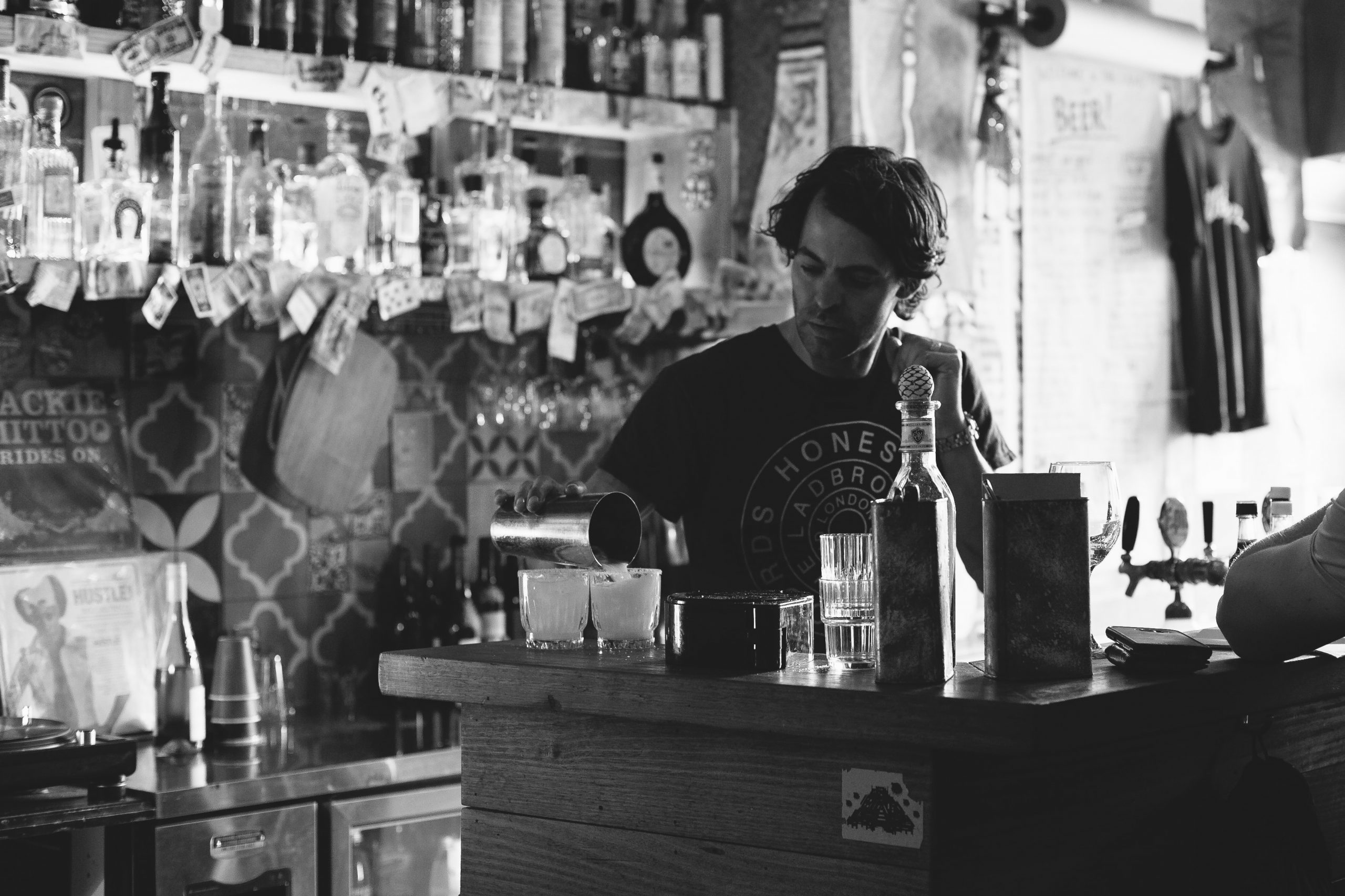how to find a bartending job